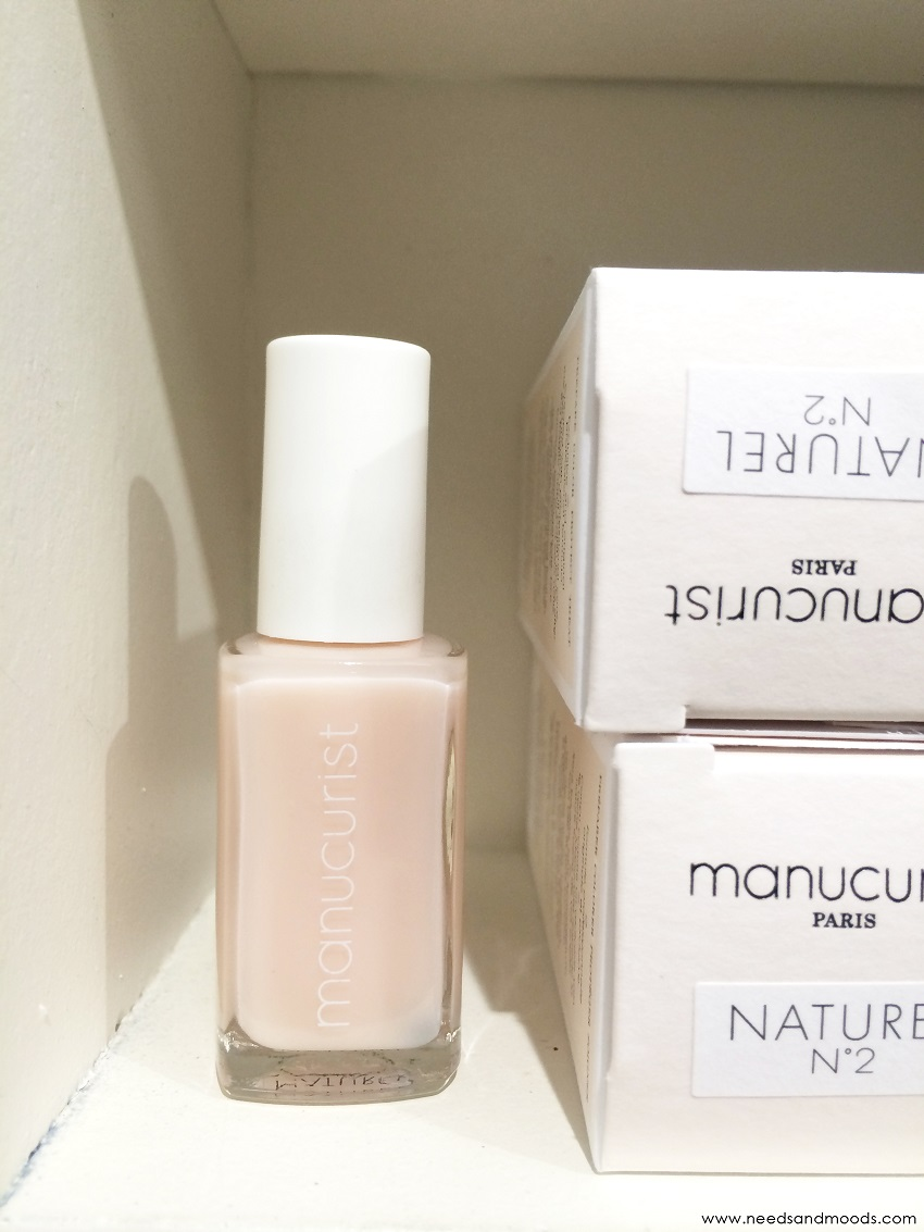 Manucuriste vernis à ongles naturel 2