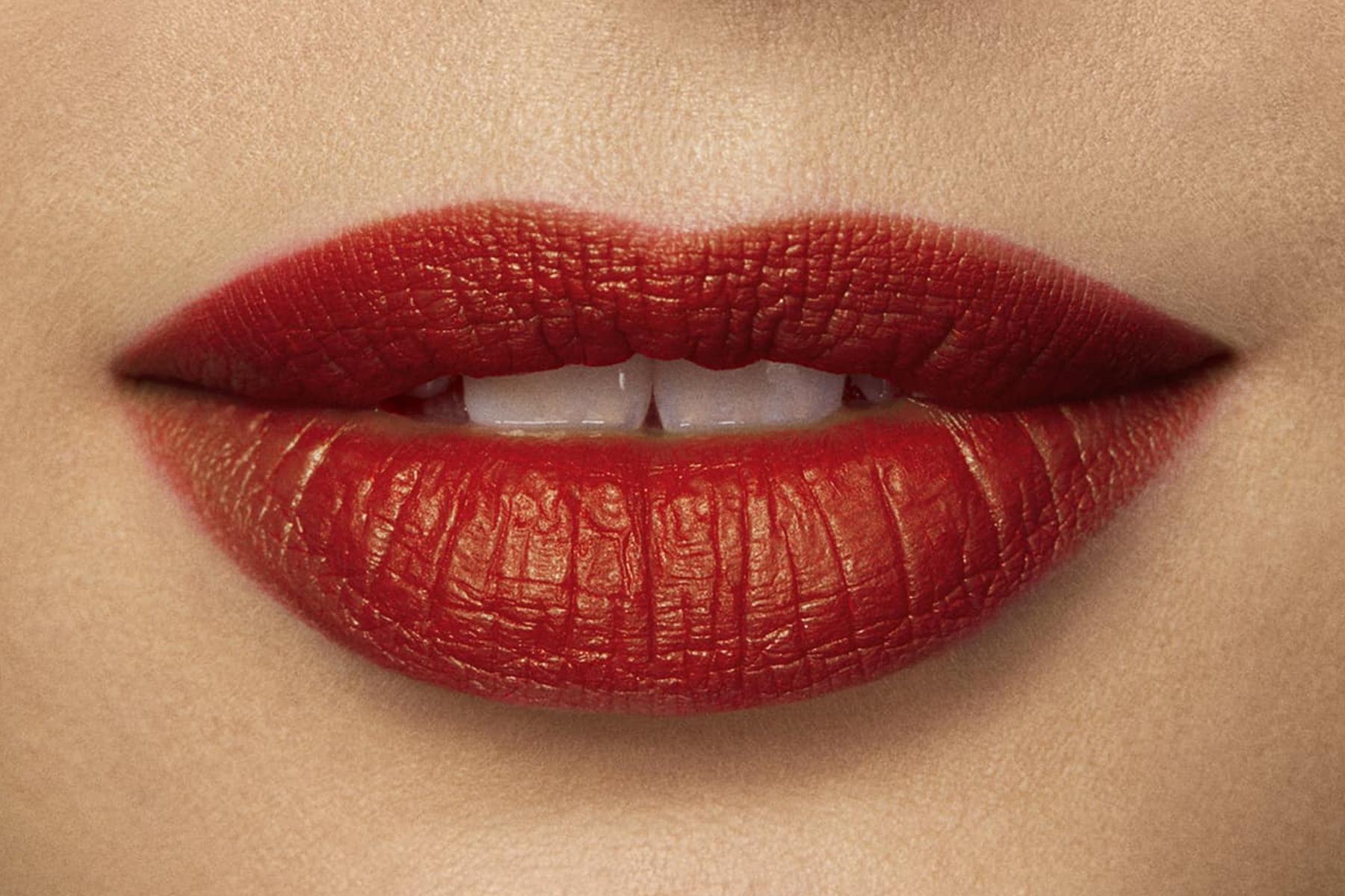 laura-mercier-rouge-essentiel-rouge-electrique-swatch