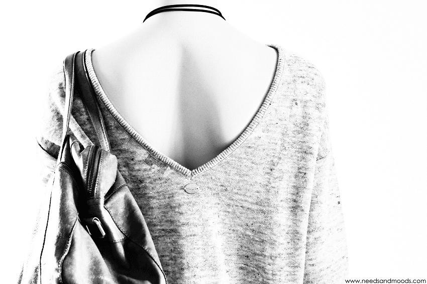 pull gris décolleté dos